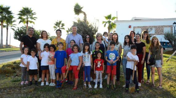 Los colegios de Palos de la Frontera plantan 5 árboles en el entorno de la plaza de toros de la localidad