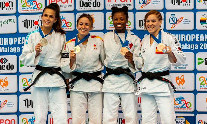 Almudena Gómez -derecha- en el podio de su categoría.