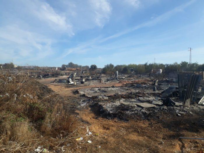 El incendio en el asentamiento de Lepe no deja ningún daño personal