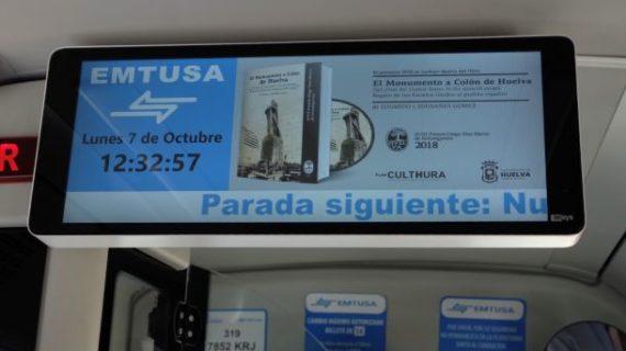 Los autobuses de Emtusa proyectan las imágenes de la inauguración del Monumento a Colón, coincidiendo con el 12 de octubre