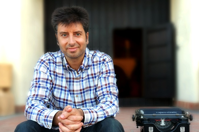 El escritor onubense José Vicente Alfaro, de la autopublicación a formar parte de una importante editorial