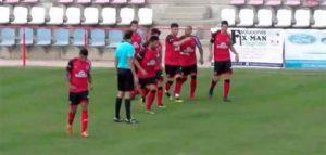 Momento en el que los jugadores del Cartaya celebran el segundo gol, obra de Sebas. / Foto: Captura TV Radio Cartaya.