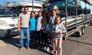 Eduardo Zalvide, junto a las regatistas del RCMTPU en esta prueba en Almería.