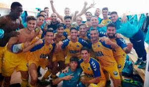 Lógica alegría de los jugadores del Isla Cristina tras ganar en La Palma. / Foto: @islacristinafc.