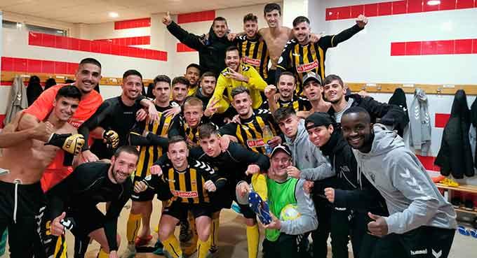 Los jugadores del San Roque celebran su merecido triunfo ante el Arcos. / Foto: @SanRoqueLepe.