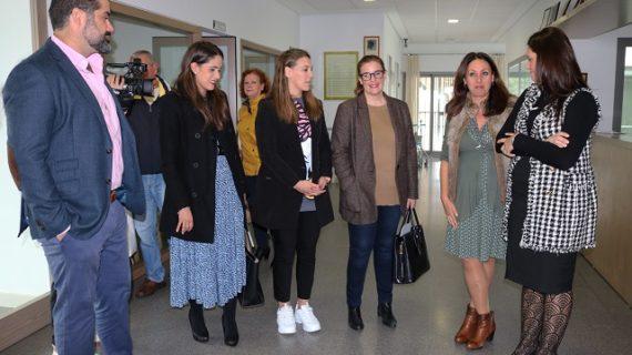 El Ayuntamiento y el Centro de Mayores y Dependientes trasladan sus necesidades a la Delegada de Políticas Sociales