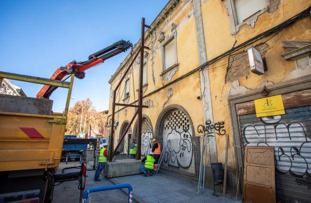 Comienza la instalación de la estructura de protección de la fachada del antiguo Mercado de La Merced