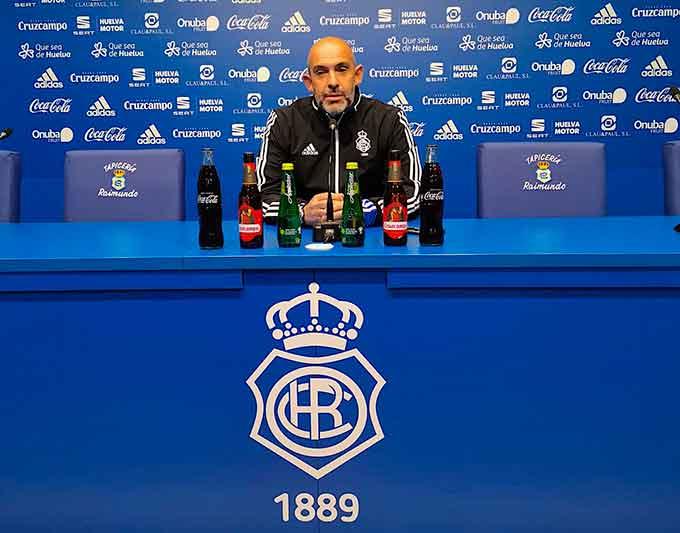 Alberto Monteagudo, entrenador del Recre, confía en que su equipo supere la eliminatoria ante el Hércules. / Foto: @recreoficial.