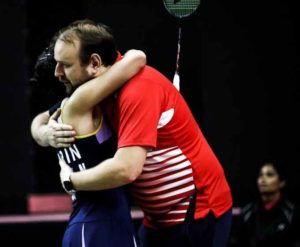 Carolina Marín se abraza con su entrenador en este torneo, Anders Thomsen, tras ganar a Chaiwan. / Foto: Badminton Photo.