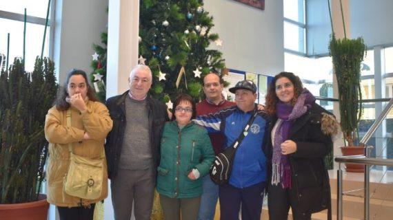 Los deseos del árbol navideño de CR Palos se harán realidad para la asociación Abriendo Puertas