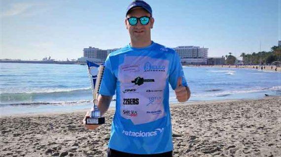 Rubén Gutiérrez cierra el año con un podio en la XXVII Travesía de Navidad 'Playa del Postiguet'