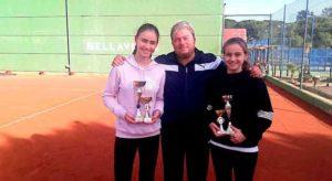 Alberto Martín, director técnico del Club de Tenis Bellavista Golf, junto a la campeona cadete, Lucía Rodríguez (izquierda), y Beatriz Antonesa, subcampeona.