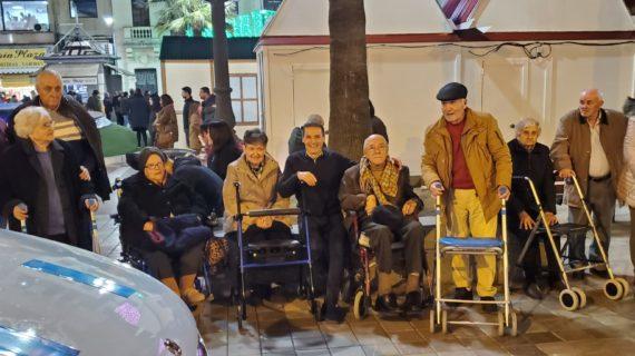 Los mayores de la Residencia Virgen del Rocío de Huelva visitan el alumbrado navideño gracias a Teletaxi