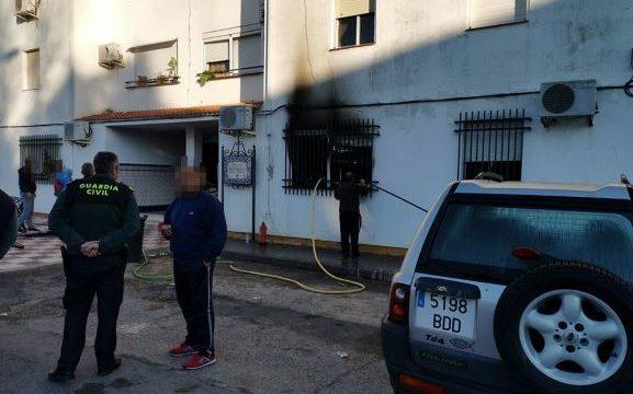 La rápida actuación de los agentes y la ayuda de los vecinos impiden la propagación de un incendio en una vivienda en Almonte