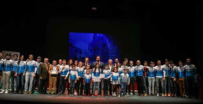 Foto de familia de los galardonados, epílogo de la Gala del Ciclismo de Huelva.