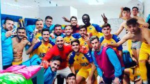 Los jugadores del Isla Cristina, eufóricos en el vestuario tras su triunfo este domingo. / Foto: @islacristinafc.
