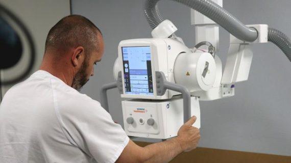 El Hospital Juan Ramón Jiménez cuenta con una nueva sala de radiología digital directa robotizada de última generación
