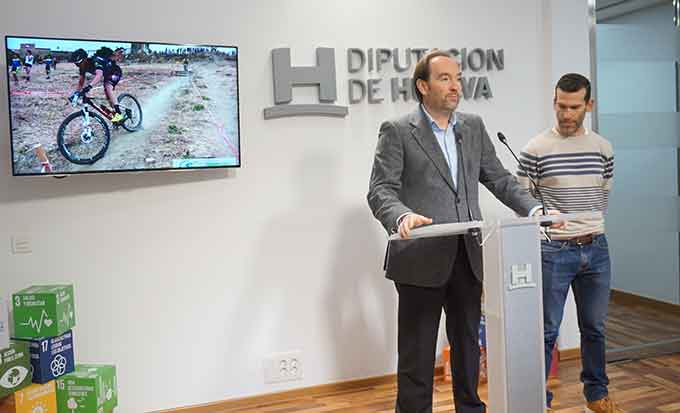 Un momento de la presentación en la Diputación Provincial de los Circuitos de BTT que se desarrollarán en Huelva en 2010.