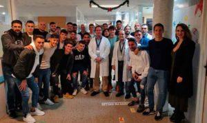 Un momento de la visita de los profesionales albiazules al hospital.