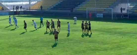 El San Roque gana al Córdoba B la 'final' con la que estrenaba el año (2-1) y pone tres puntos sobre el descenso
