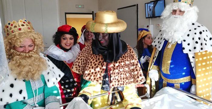 Los Reyes Magos recorren el Hospital Infanta Elena para visitar a los pacientes ingresados