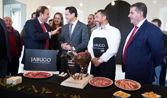 Juanma Moreno visita la sede de la DOP de Jabugo