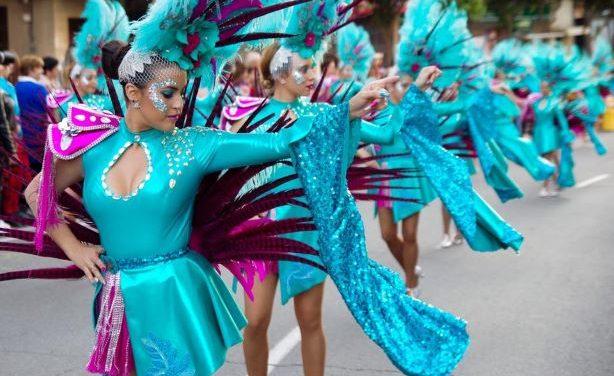 El Carnaval Colombino llena de color las calles de Huelva