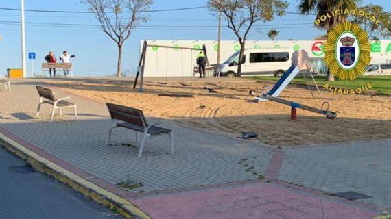 La Policía Local de Aljaraque localiza a una conductora que provocó graves daños en un parque infantil de la localidad