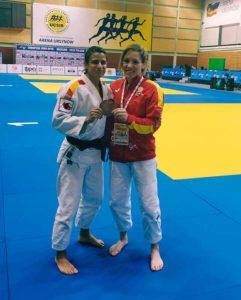 Cinta García, con su medalla, junto a Almudena Gómez en Varsovia. / Foto: @JudoHuelva1.