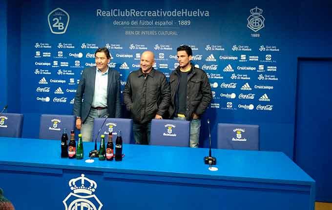 Claudio Barragán, en el centro, junto al presidente Manolo Zambrano y el secretario técnico Juan Antonio Zamora, en su presentación.