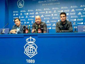 Claudio Barragán -en el centro-, junto a Manolo Zambrano -izquierda- y Juan Antonio Zamora, en su presentación como técnico del Recre. / Foto: @ANTONIOMACIASPI.