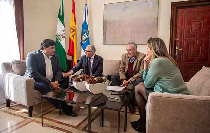 Un momento de la reunión del acalde, Gabriel Cruz, con el nuevo presidente del Real Club Recreativo de Tenis, Federico Sánchez de la Campa Peguero.