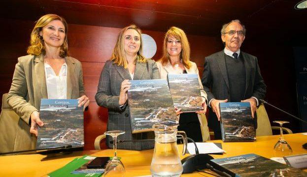 La consejera de Fomento presenta el libro 'Cortijos, Haciendas y Lagares' de Huelva
