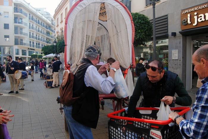 La Hermandad de Emigrantes recoge con su 'II Carreta Solidaria' la generosidad de miles de onubenses