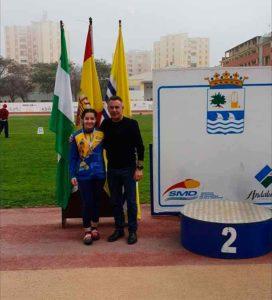 Inés Sequera, uno de los oros isleños, con el alcalde de la localidad, Jenaro Orta.