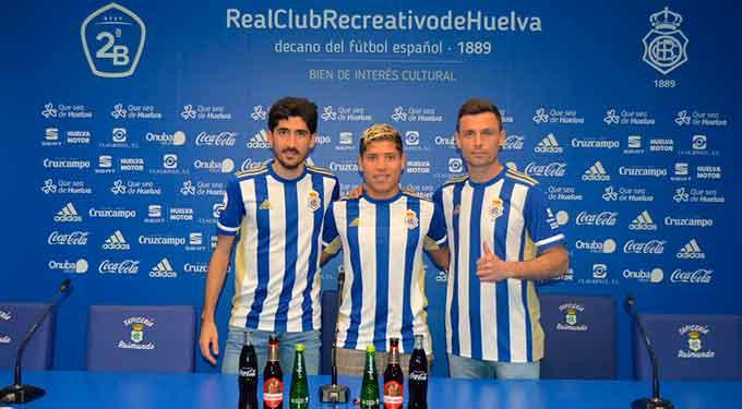José Carlos, Cristian Martínez y Alberto Martín, en su presentación este miércoles en el Nuevo Colombino. / Foto: @recreoficial.
