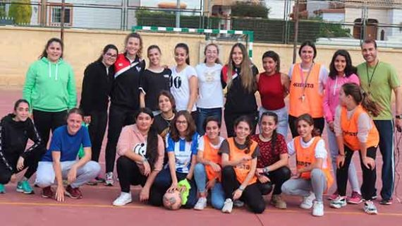 El Sporting de Huelva promociona el fútbol femenino en el IES Fuentepiña
