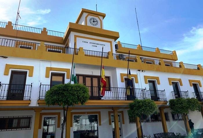 Las banderas del Ayuntamiento de Aljaraque ondean a media asta, de luto por el covid-19