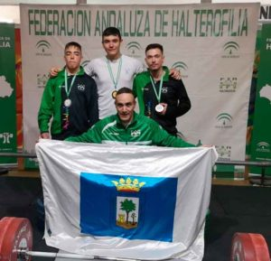 Los deportistas del Club Atlético Onubense, junto a David dos Rey, director deportivo.