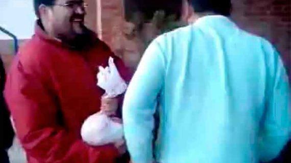 Una bolsa con '10 kilos' de monedas para pagar al árbitro fue la protesta de La Redondela