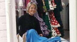 Rosa León, ganadora de 'Maestros de la costura', elabora batas y mascarillas solidarias