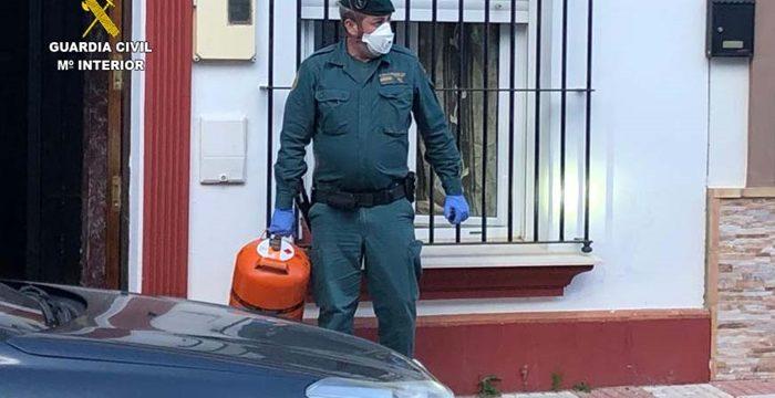 La Guardia Civil auxilia a dos mujeres y una menor tras un escape de gas dentro de su vivienda en Almonte