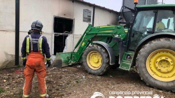Bomberos del Consorcio salvan al 60% del ganado porcino de una nave de Calañas al sofocar un incendio