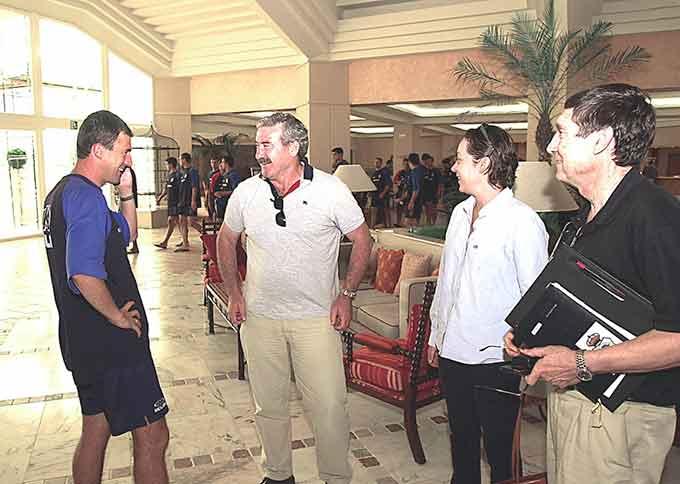 Lucas Alcaraz recibe la visita en Isla Canela de los consejeros Pepe España y Susana Duque, y del secretario técnico Pepe Rivera, a la mañana siguiente de confirmarse el ascenso. / Foto: Huelva Información.