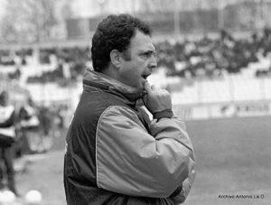 El técnico de Utrera durante un partido en el estadio Colombino. / Foto: Huelva Información.