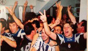 Alegría en el vestuario una vez finalizado el partido y confirmarse el ascenso. / Foto: Huelva Información.