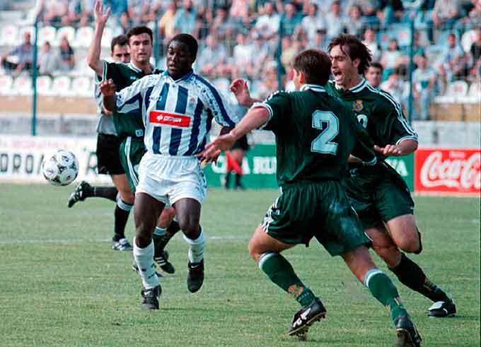 Cuyami, en una acción en ese encuentro que devolvió al Decano a la Segunda División. / Foto: Huelva Información.
