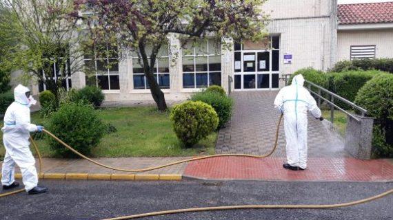 Un contingente del Infoca desinfecta la Residencia de Mayores 'Reina de los Ángeles' y el Centro de Salud de Aracena