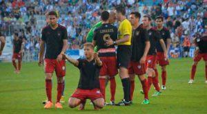 Jugada final de aquel Sabadell-Recre: Morcillo aún lamentaba el balón al palo, y Nauzet ya había visto la roja. / Foto: Huelva Información.