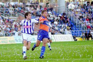 Raúl Molina pugna con Antonio en un lance del Recre-Xerez Deportivo. / Foto: Huelva Información.